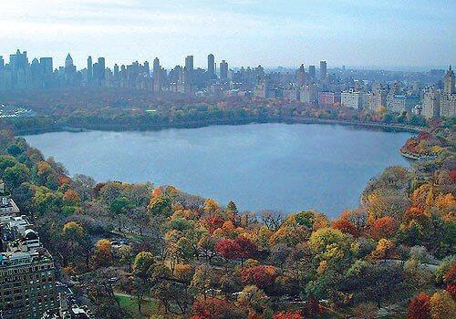 Central Park Reservoir, atração na parte norte do parque, ideal para caminhadas.