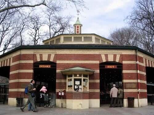 Central Park Friedsam Memorial Carousel, famosa atração na parte sul do parque.