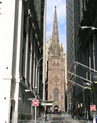Trinity Church, igreja histórica escondida entre os arranha-céus da cidade.