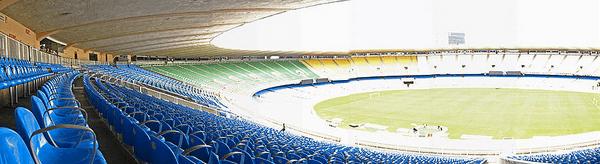 Estádio do Maracanã, arquibancada e campo.