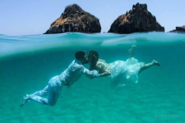 Casal mergulhando em Fernando de Noronha
