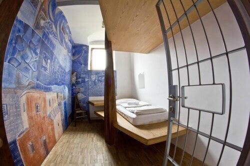 Cela de prisão transformada em quarto de hotel