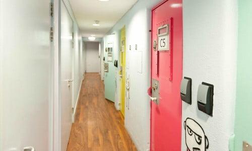 Corredor de hotel com portas metálicas coloridas