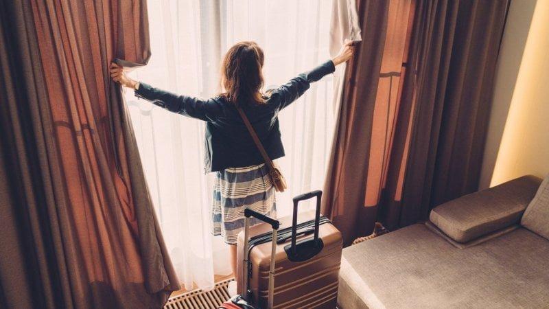 Turista em hotel
